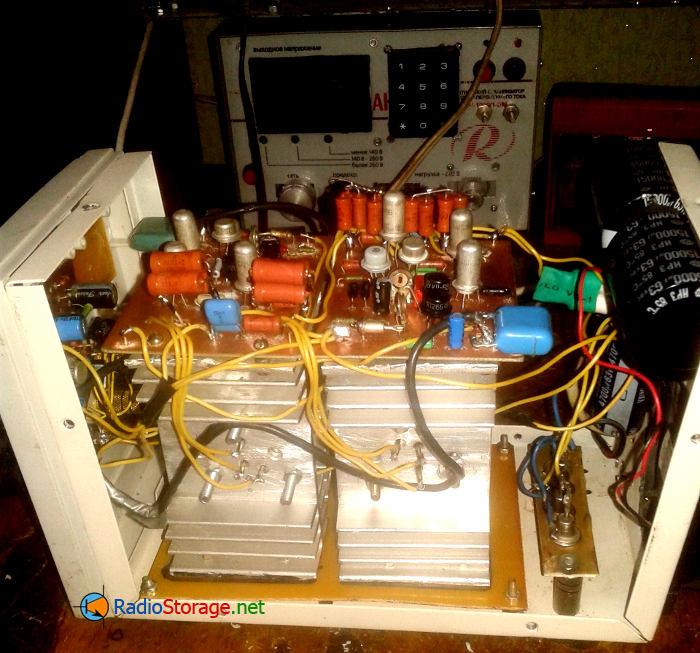 Фото усилителя внутри, вид на радиаторы
