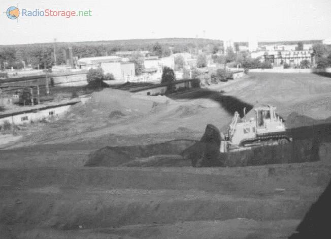 Работа мощных бульдозеров на территории угольного склада